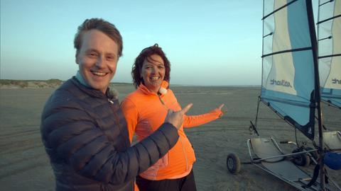 Moderator Stefan Pinnow (l.) und Sybrich Willemsa beim Strandsegeln am Strand von Bloemendaal nahe Haarlem.
