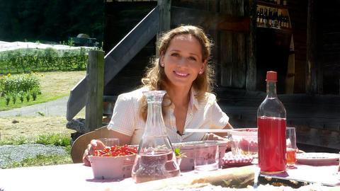 Moderatorin Tamina Kallert bereist die Genussregion Steiermark und lernt u.a. regionale Produkte kennen, wie den leckeren Ribiselsirup (Johannisbeersirup).