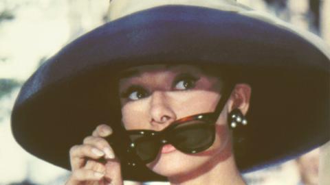 Frühstück bei Tiffany: Die verführerische Holly Golightly (Audrey Hepburn) träumt vom Glück und von Diamanten.