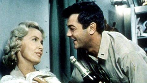 Unternehmen Petticoat: Nick Evan (Tony Curtis benimmt sich wie auf einem Luxusdampfer und entwickelt Talente in seiner neuen Funktion als Versorgungsoffizier. Mit Leutnant Barbara Dugan (Dina Merrill) will er ein Sektgelage feiern.