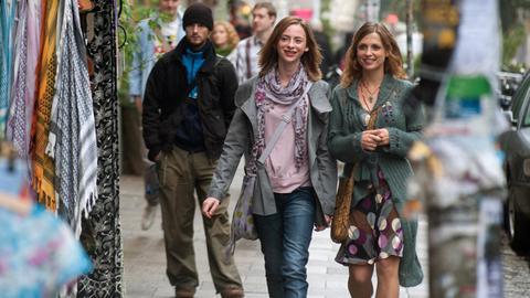 Carolin (Carolyn Genzkow, Mitte) ist von der unbekümmerten Art ihrer leiblichen Mutter Chantal (Julia Brendler, re.) beeindruckt.