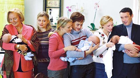 Hildegard Reimund (Ruth Maria Kubitschek, 2.v.re.), eine wohlhabende ältere Dame, wünscht sich ein Enkelkind. Ihre drei Töchter Susanne (Susanna Simon, li.), Anja (Tina Ruland, re.) und Regina (Marita Marschall) haben jedoch andere Familienpläne.
