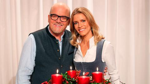 Die Moderatoren Sonja Weissensteiner und DJ Ötzi Gerry Friedle führen durch die stimmungsvolle Sendung.