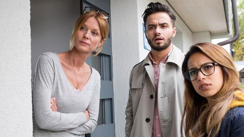 Eigentlich wollen Aysel (Gizem Emre, re.) und Can (Aram Arami) zu ihrem Vater und wundern sich, dass Nachbarin Lissi (Esther Schweins) die Türe öffnet.