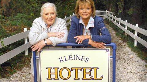 Antonia (Uschi Glas, re.) und Regina (Ruth Drexel) haben eine Menge Arbeit investiert in den Umbau ihrer alten Villa zu einem schmucken Hotel am See.