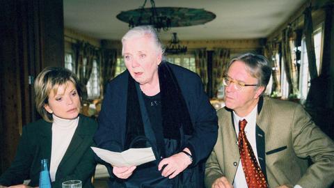 Regina Lechner (Ruth Drexel, Mitte) ist fassungslos: Bei der Testamenteröffnung stellt sich heraus, dass nicht wie erwartet sie, sondern Antonia Berger (Uschi Glas), die Tochter ihres verstorbenen Lebensgefährten, die Alleinerbin ist. Selbst der ausgekochte Spekulant Breitwieser (Gerd Anthoff) ist überrascht.