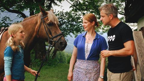 Der Makler Alexander (Florian Fitz) versucht, sich bei Bettina (Julia Jäger) und ihrer Tochter Lisa (Karla Leipold) einzuschmeicheln.