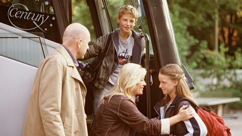 Ina (Barbara Rudnik, 2.v.li.) und Klaus Heller (Götz Schubert, li.) verabschieden ihre beiden Kids Lisa (Cynthia Witt) und Stefan (Ole Fröhlich), die für zwei Wochen ins Ferienlager fahren.