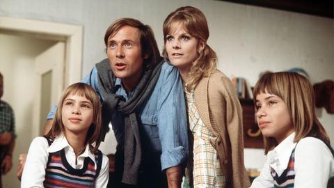 """Die Zwillinge Billy und Bobby (Birgit und Bettina Westhausen) mit Alexander (Horst Janson) und Brigitte Voss """"Dalli"""" (Heidi Brühl)."""