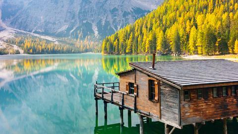 Ein kleines Bootshaus am Rande eines malerischen Bergsees