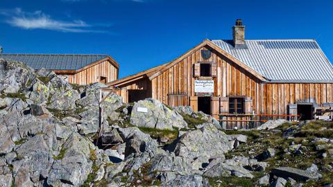 Die Frankfurter Hütte im Kaunertal bei strahlend blauem Himmel.