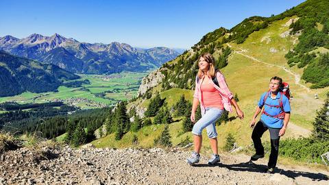 Wandern auf dem Gräner Höhenweg mit Blick ins Tannheimer Tal.