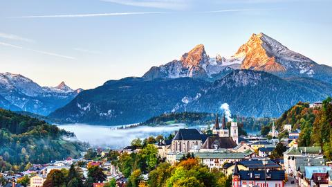 Blick auf Berchtesgaden und Berg Watzmann in den Bayerischen Alpen.