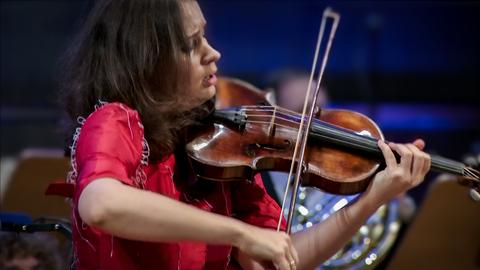 Violinistin spielt voller Inbrunst.