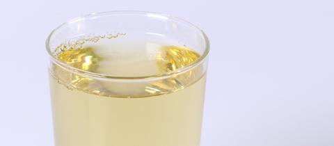 Ein Glas mit Waldmeistersirup.