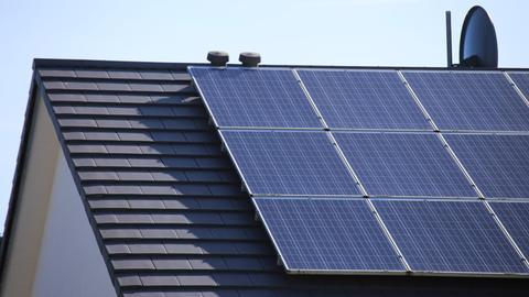 Eine Photovoltaik-Anlage auf dem Dach eines Einfamilienhauses.