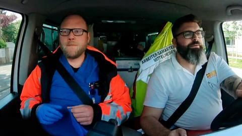 Krankenschwester Clara Henneberger (links) und die Ärztin Dr. Stephanie Köhler (rechts) behandeln den gebrochenen Arm ihrer Patientin Sylvia Treusch.