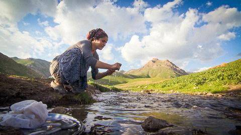 Im Sommer ziehen die Bewohner des Dorfes Durankaya-Silehi in die Berge nahe Hakkari hoch. Hier ist es kühl und die Weiden sind saftig-grün bis in den Herbst hinein. Seher Çelik mag das Leben auf der Sommeralm nicht so gerne – besonders im eiskaltem Flusswasser Geschirr spülen macht ihr keinen Spaß.