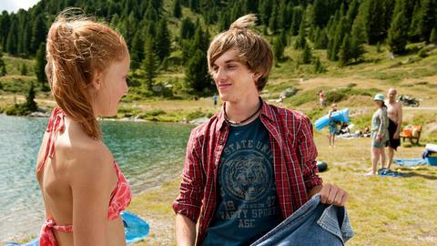 Zwischen Valerie (Alina Strauß) und Kilian (Philipp Breitfuss) entwickelt sich ein kleiner Ferienflirt.