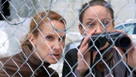 """Falsches Spiel bei der Kripo: Nur Sonja (Chiara Schoras, re.) und Mafiajägerin Carla (Jeanette Hain) wissen, was der """"Capo"""" vorhat."""
