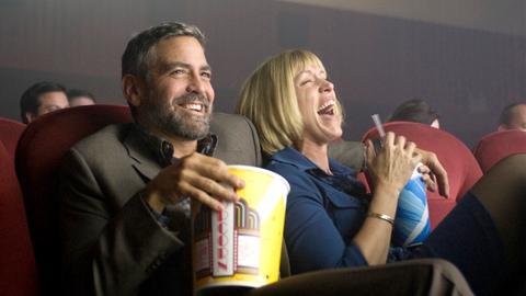 In den Charmeur Harry Pfarrer (George Clooney) scheint die einsame Linda Litzke (Frances McDormand) endlich den richtigen Mann gefunden zu haben.