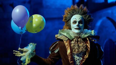 Als Clown getarnt jagt der Mörder seine Opfer.
