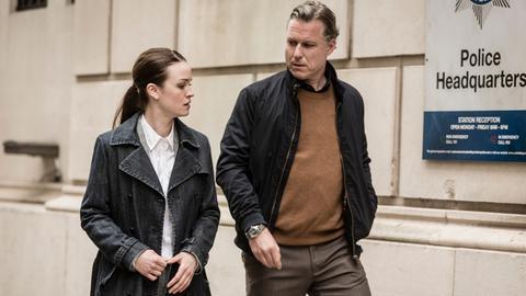 Caleb Hale (Dirk Borchardt) vertraut seiner Assistentin Jane (Ceci Chuh).