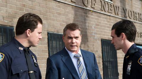 Polizeichef Marion Mathers (Ray Liotta, Mitte) gibt den Polizisten Jonathan (Channing Tatum, li.) und Prudenti (James Ransone, re.) Instruktionen.