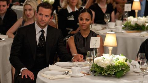 Rory Jansen (Bradley Cooper, 2. v. li.) und seine Ehefrau Dora (Zoé Saldana, 5. v. li.) sind gern gesehene Gäste.