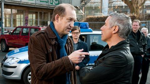 Ludger (Lars Rudolph, hinten li.) beobachtet wie Robert (Peter Heinrich Brix, li.) und sein Vorgesetzter, der Macho Horst Hoff (Ralph Herforth), sich einmal mehr ein Wortgefecht liefern.