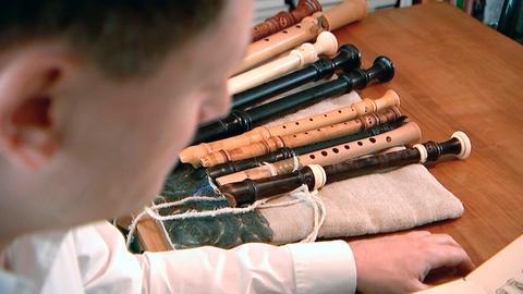 Der Blockflötist Maurice Steger mit einigen seiner Instrumente.