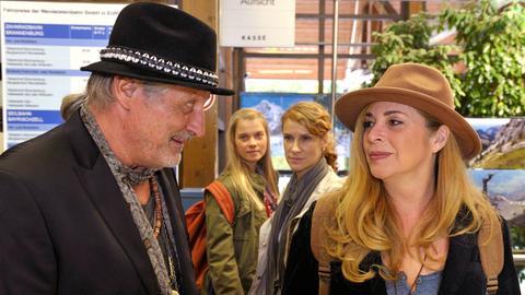 Bernadette (Chiara Schoras, 2. v. re.) und ihre Schwester Lissy (Henrike von Kuick, 2. v. li.) beobachten neugierig, wie sich ihre Eltern Katharina (Olivia Pascal) und Valentin (Konstantin Wecker) wieder annähern.