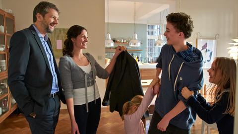 Bei seinem Vater Simon (Kai Wiesinger), dessen Frau Daina (Dagny Dewath) und seine Halbschwestern Mathilda (Anna/Judith Wiese, re.) und Madita (Amelie/Smilla Otto) fühlt sich Ben (Tim Litwinschuh) wohl.