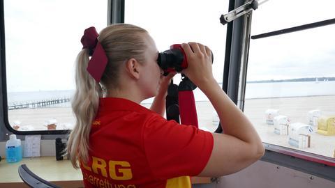 Lebensretterin Lena ist zum ersten Mal an der Ostsee im Einsatz ist in ihren Semesterferien extra aus Bayern an die Ostsee gekommen.