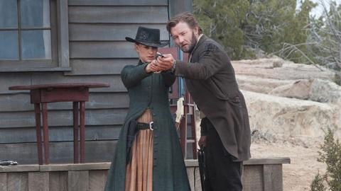 Dan Frost (Joel Edgerton) führt Jane (Natalie Portman) zum Ziel.