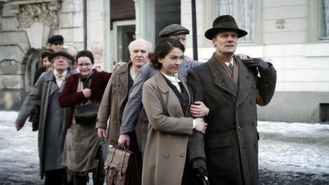Otto Weidt befreit seine Belegschaft aus Gestapo-Haft (Henriette Confurius und Edgar Selge).