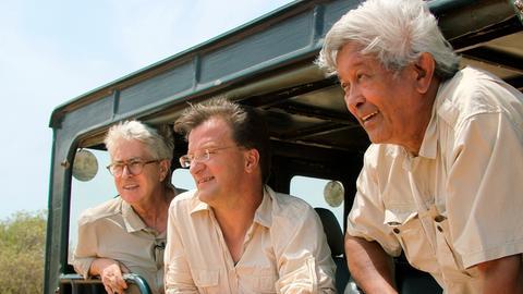 Frank Elstner, Dr. Matthias Reinschmidt und der Elefanten-Experte Brian Batstone auf der Suche nach den wilden Elefanten Sri Lankas.