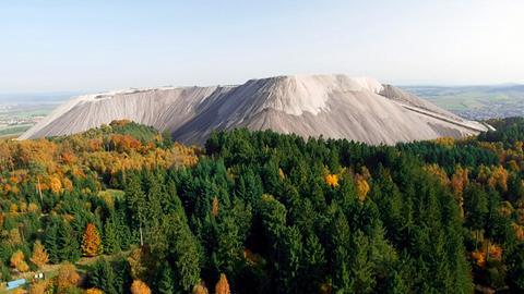 Blick auf den Monte Kali, eine Abraumhalde des Kalibergbaus bei Heringen im Landkreis Hersfeld-Rotenburg.