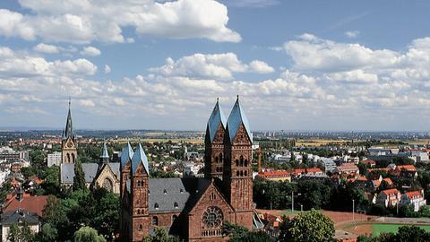 Blick auf Bad Homburg; im Vordergrund die Erlöserkirche.