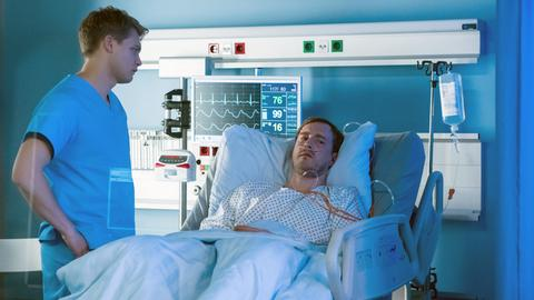 Henning Kühne (Sebastian Achilles, r.) gibt sich die Schuld, dass das Spenderorgan beschädigt wurde. Mikko Rantala (Luan Gummich, l.) versucht, den verletzten Transporteur zu beruhigen.