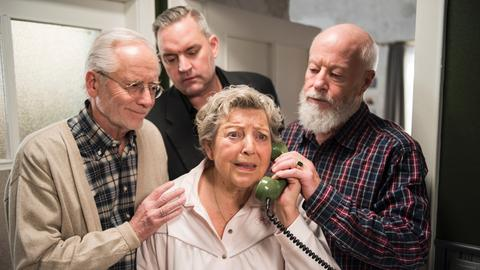Anruf aus dem Jenseits. Mit Hans Beimer (Joachim H. Luger, links), Benny Beimer (Christian Kahrmann, Mitte) und Erich Schiller (Bill Mockridge).