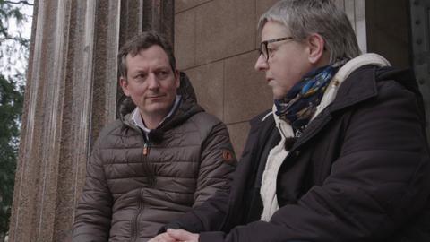 Eckart von Hirschhausen im Gespräch mit einer Patienten, die unter Depressionen leidet.