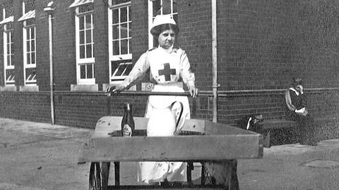 Gabrielle West bei der Arbeit als Krankenschwester in einer Fabrik.