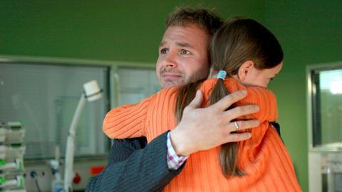 Marco Johannsen (Oliver Bläßler) und seine kleine Tochter Lilli (Johanna Werner) besuchen seine todkranke Ehefrau.
