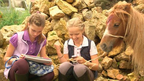Die Klassenzicken Constanze Elsässer (Luise Ehl, li.) und Kim Hecker (Sophia Scheske, re.) haben mit dem Minipony einen echt miesen Plan.