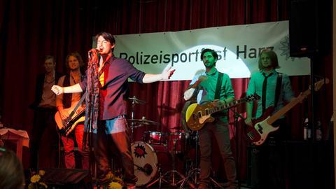 """Auftritt der Band """"Suboptimal"""" mit dem umschwärmten Sänger Jens Riebel (Mars Richard Saibert) beim Polizeisportfest Harz."""