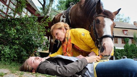 Ingrid Rischke (Jutta Kammann, li.) betreut im Zuge der Gernot-Simoni-Stiftung die autistische Luna Mohrbach (Emma Brüggler, re.) und besucht regelmäßig mit ihr einen Reiterhof. Als Luna vom Pferd stürzt, muss sie schnellstens in die Sachsenklinik.