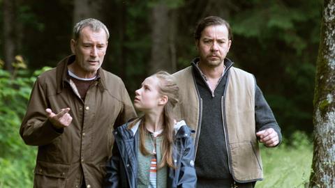 Philip (Heikko Deutschmann), Paulina (Tabea Hug) und Vinzenz (Michael Sideris) sind auf der Suche nach dem Biberbau.