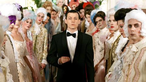 """Mit seinem Hit """"Rock Me, Amadeus"""" erobert Falco (Manuel Rubey, Mitte) weltweit die Charts."""
