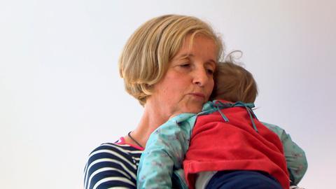 Christa Wiedenmann, 65, ist Dorfhelferin mit Leib und Seele. Sie betreut das kleine Kind einer Frau, die an Krebs erkrankt ist und noch mittendrin in der Chemotherapie steht.